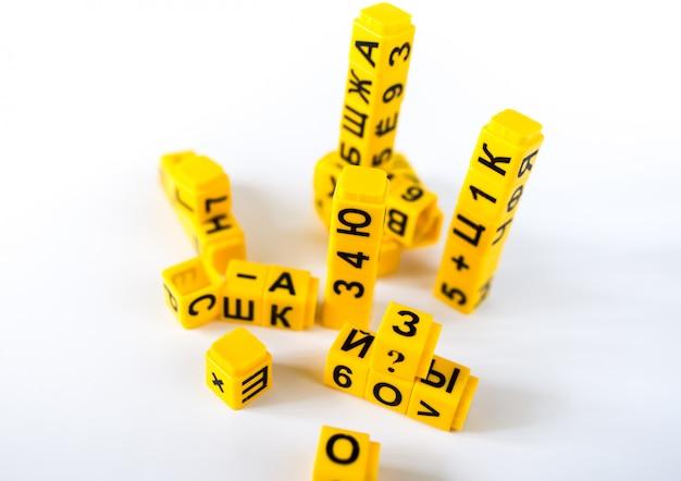 Пластиковые детали с буквами и цифрами кириллицы