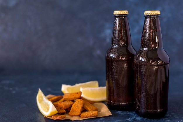 冷たいクラフトビールのボトル