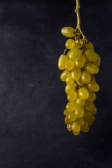 Гроздь свежего зеленого здорового вкусного винограда