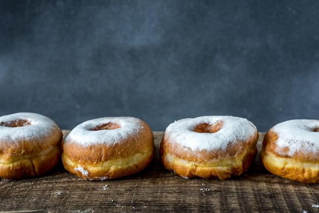 Пончики с сахарной пудрой на фоне цемента