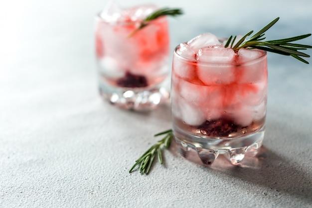 さわやかな夏のドリンクグラスに氷を入れたカクテル