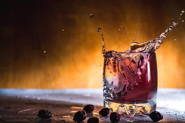 グラスに氷と新鮮なベリーカクテル