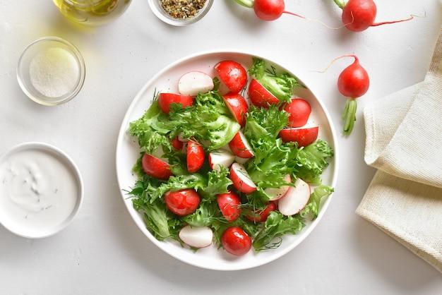 Салат из редьки с листьями салата