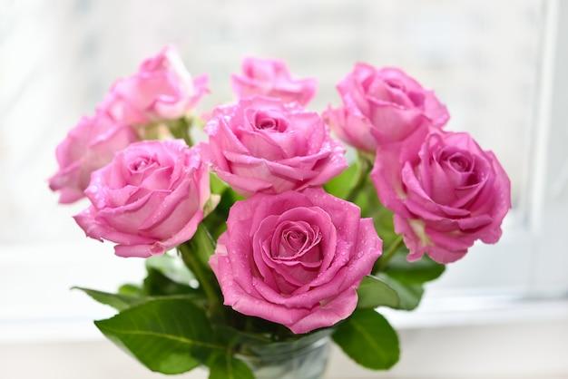 ピンクのバラの花束をクローズアップ