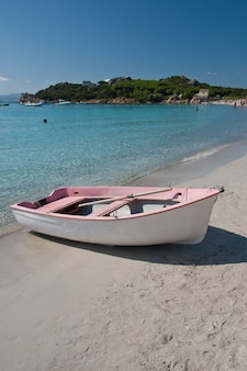 サンタマリア島の小さなピンクのボート