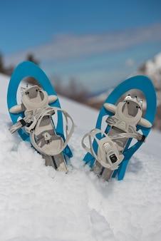 Голубые снегоступы на снегу