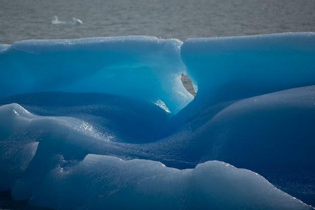 アルヘンティーノ湖の青い氷山の特定