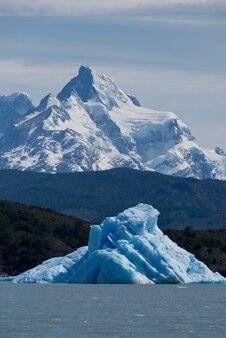 アルヘンティーノ湖に浮かぶ氷山