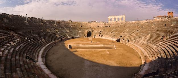 Арена верона. римский амфитеатр на пьяцца бра в вероне