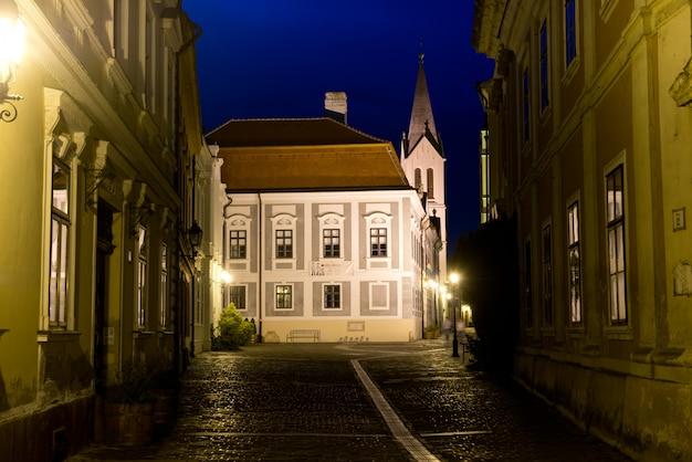 ヴェスプレームの旧市街の夜景