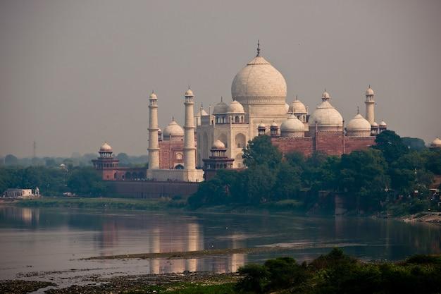 川から見たタージマハル