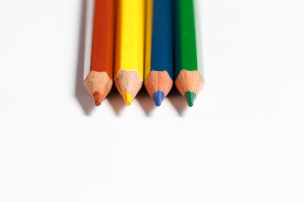 白い背景上に描画するための色とりどりの鉛筆