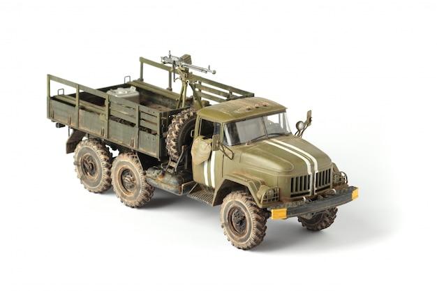 白い背景の上の軍用トラックのモデル