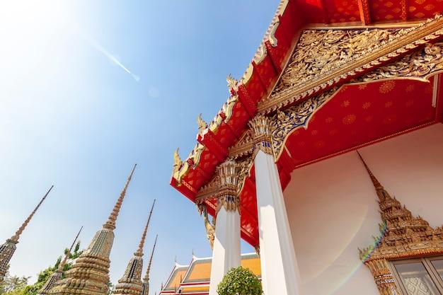 青い空を背景タイバンコクの首都の美しい仏教寺院ワットポー、