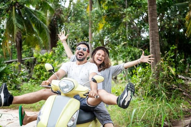 Счастливая многонациональная пара путешествует на мотоцикле в джунглях, медовый месяц, отпуск,