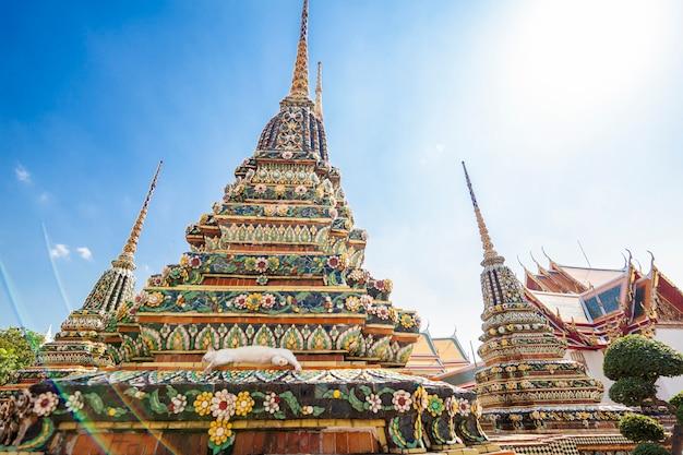 Красивый буддийский храм ват пхо в столице таиланда бангкоке на фоне голубого неба,