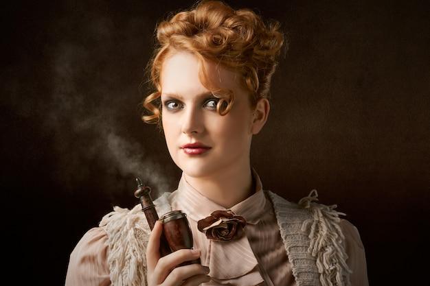 喫煙パイプを持つ女性