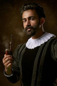 伝統的な服を着て、喫煙パイプを保持している男