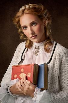 Женщина держит две книги