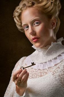 Женщина держит ключ от скелета