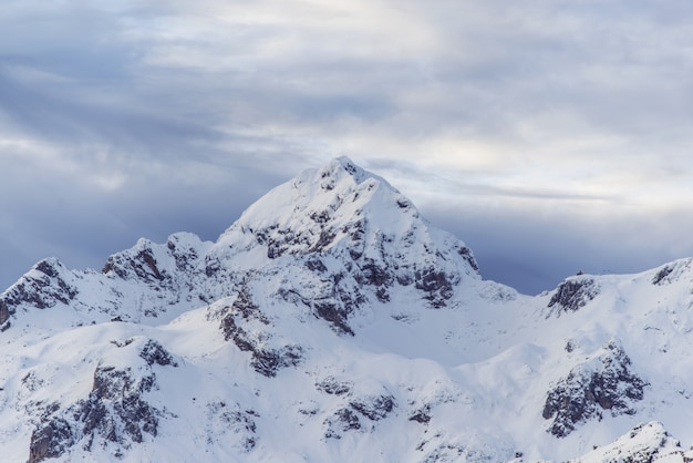 雪に覆われた山のピーク