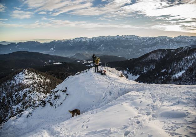 雪の山の上に登山者