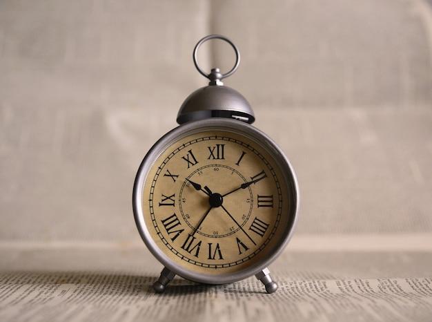 グレーの目覚まし時計をオンにしました