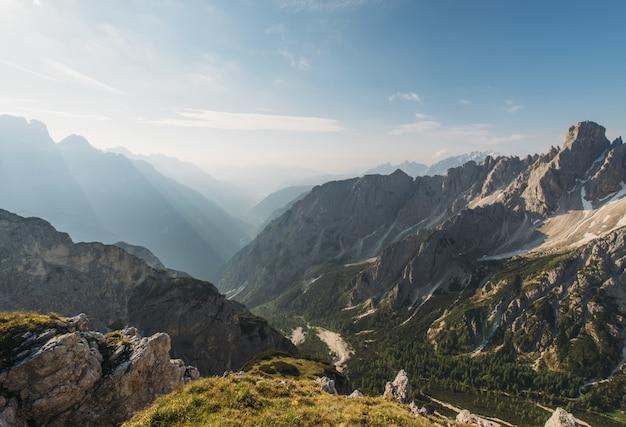 昼間の茶色の山