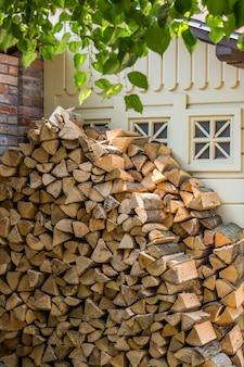 キンドリングのために刻んだ木材