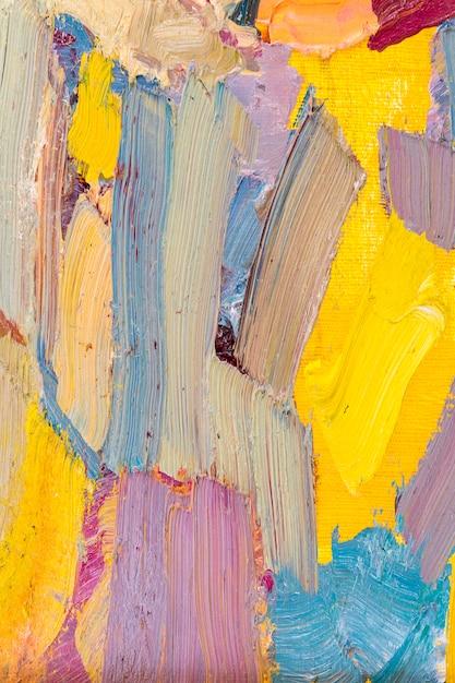 キャンバスに油彩で筆を描く