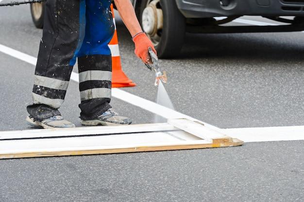 道路の塗装作業