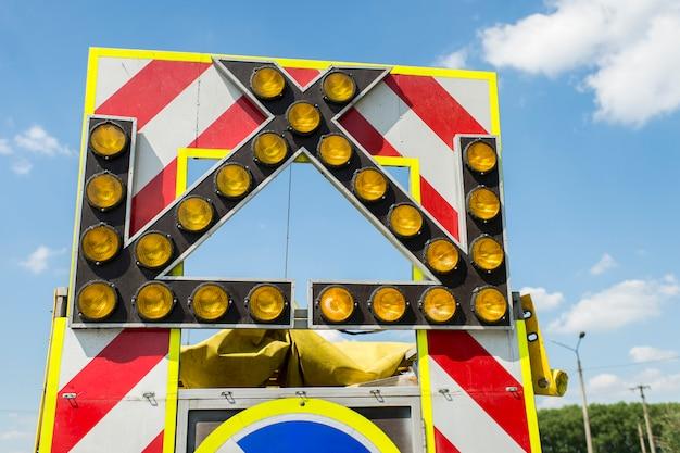修理や建設工事中のトラックの矢印を点滅させて移動方向を調整
