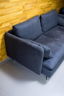 Черный диван у стены