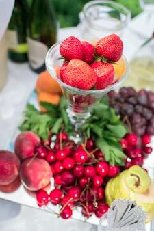 Фрукты и овощи на банкетном столе