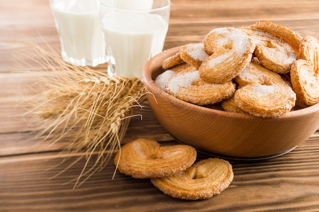 プレート上のクッキーとテーブル上のミルク