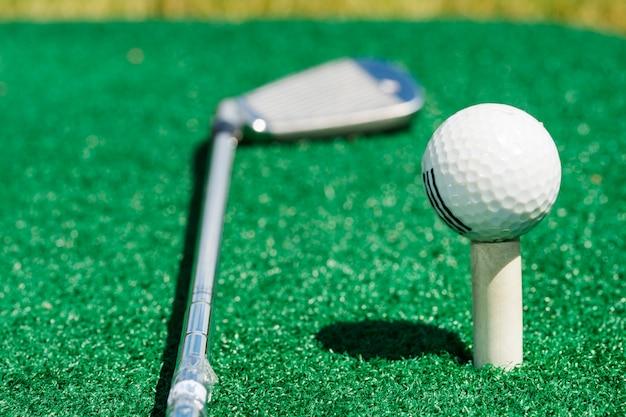 Палка, лежащая возле мяча для гольфа