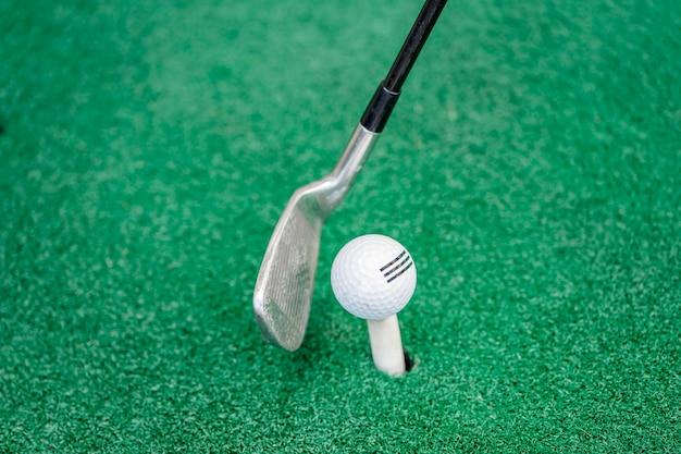 ゴルフクラブを振ってボールを打つ