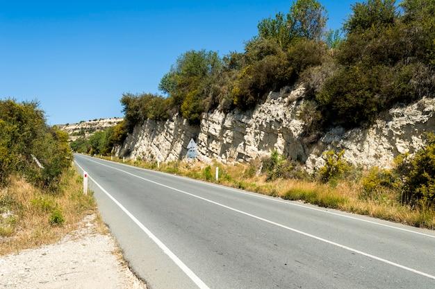 山の中のアスファルト道路