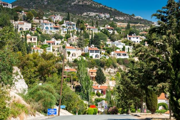 Дома, расположенные на склоне холма с видом на море в средиземном море