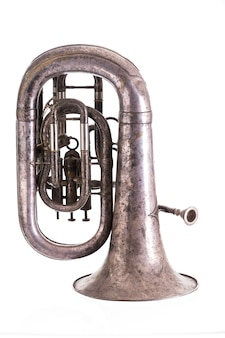 白い背景に分離された古い楽器管楽器