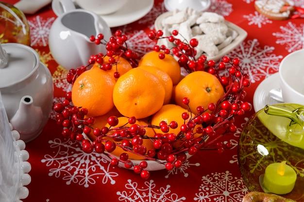 柑橘類とローズヒップのテーブルの上のクリスマスの装飾