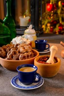 Рождественские украшения на столе с цитрусовыми и шиповником на праздничном столе