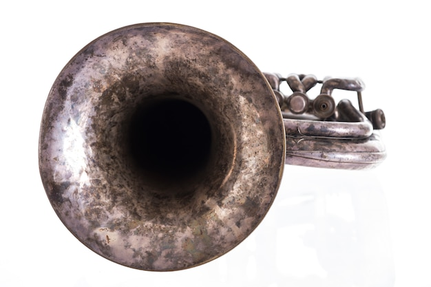Старый музыкальный духовой инструмент на белом фоне