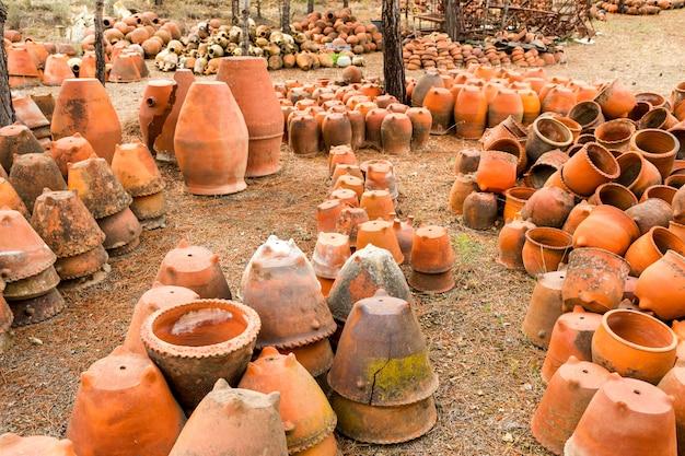 粘土の植木鉢の古い大規模なセット