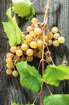 Виноград на деревянном столе