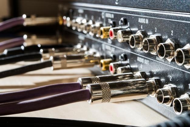 Разъемы подключаются к звуковому микшеру студии звукозаписи и в телекоммуникациях
