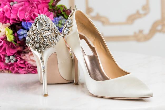 Туфли невесты украшены кристаллами