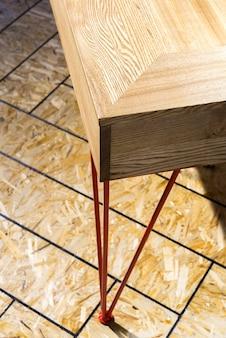 Металлическая ножка стола на полу