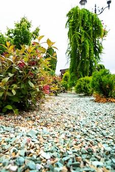 ランドスケープデザインの花壇の装飾の砂利と石