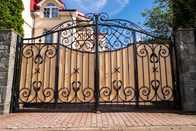 Кованые металлические ворота с узорами для авто